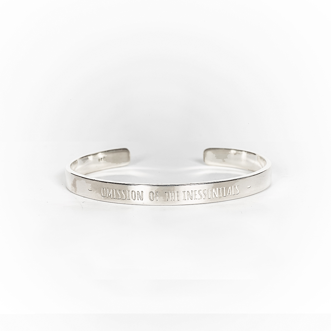 "Bangle in silver with engraving ""Omission of the inessentials"""