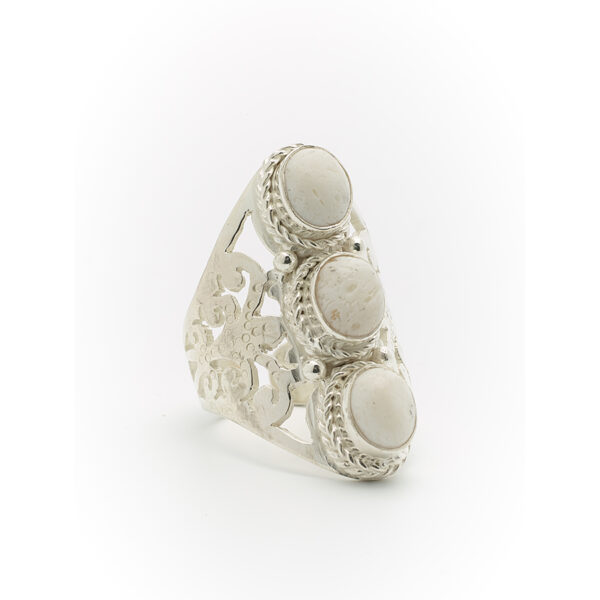 bague pierres de lave blanche perle de jade