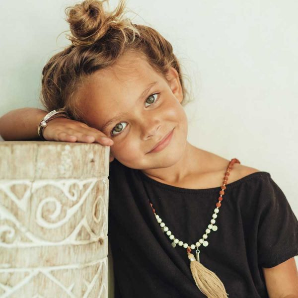 collier mala perles beige pour enfant