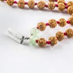 Mâlâ meditation necklace in green rock crystal with red pompom