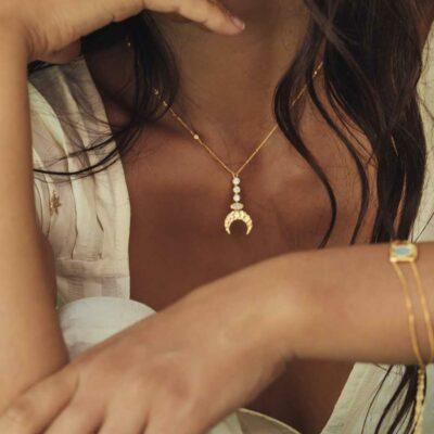 collier pendentif lune en or incruste de quartz blanc